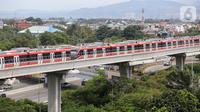 Rangkaian gerbong kereta LRT Jabodebek parkir di dekat stasiun LRT Harjamukti, Cibubur, Jakarta Timur, Jumat (26/3/2021). Progres pembangunan fase 1 LRT Jabodebek ditargetkan untuk beroperasi pada bulan Juli 2022 dengan 18 stasiun pemberhentian. (Liputan6.com/Fery Pradolo)