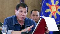 Presiden Filipina Rodrigo Duterte (tengah) menyampaikan pidato di Istana Presiden Malacanang, Manila, Kamis (12/3/2020). Duterte mengumumkan lockdown untuk Kota Manila demi mencegah penyebaran virus corona COVID-19. (Richard Madelo/Malacanang Presidential Photographers Division via AP)