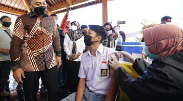 Eri Cahyadi meninjau vaksinasi pelajar di SMAN 21 Surabaya. (Dian Kurniawan/Liputan6.com)