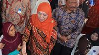Menteri Sosial Khofifah Indar Parawansa bersama Bupati Bengkulu Utara Mian menyerahkan bantuan kepada warga