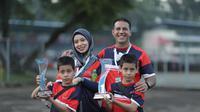 Pembalap Kembar Rasyad dan Risyad saat ditemani kedua orang tua di sirkuit Karting Sentul (istimewa)