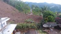 Material longsor di area Kampung Sawah Jeruk, Desa Sukamulaya, Kecamatan Telegong, Garut, Jawa Barat masih menutupi akses jalan provinsi. (Liputan6.com/Jayadi Supriadin)