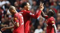Penyerang Liverpool Sadio Mane bersama Virgil van Dijk dan Fabinho merayakan golnya ke gawang Newcastle United pada pekan kelima Liga Inggris di Anfield, Sabtu (14/9/2019).(AP Photo/Rui Vieira)