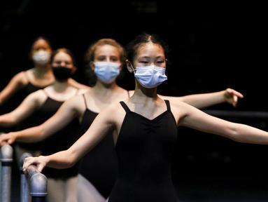 (Depan ke belakang) Kelsey Louie, Dima Smith, Ainsley Keaveny, dan Marabelle Coggins berlatih balet di Patel Conservatory, Tampa, Florida, Amerika Serikat, Rabu (8/7/2020). Di tengah pandemi COVID-19, latihan menerapkan jaga jarak fisik dan menggunakan masker. (Ivy Ceballo/Tampa Bay Times via AP)