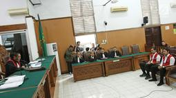 Suasana sidang putusan Marcello Tahitoe atau Ello bersama rekannya Diego di Pengadilan Negeri Jakarta Selatan, Selasa (16/1). Majelis hakim memvonis Ello dan Diego selama 9 bulan rehabilitasi. (Liputan6.com/Herman Zakharia)