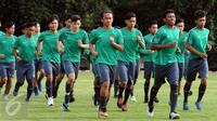 M Rafid Habibie (tengah) saat mengikuti latihan seleksi Timnas Indonesia U-19 di Lapangan Atang Sutresna, Jakarta, Kamis (6/4). 14 pemain yang pernah berlaga di luar negeri mengikuti seleksi masuk Timnas Indonesia U-19. (Liputan6.com/Helmi Fithriansyah)