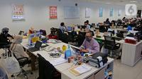 Karyawan mengenakan masker saat bekerja di kantor Suntory Garuda, Jakarta, Senin (8/8/2020). Suntory Garuda menerapkan protokol Kesehatan, salah satunya kapasitas karyawan hanya dibolehkan sebanyak 50 persen. (Liputan6.com/Herman Zakharia)