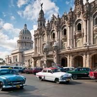 Nuansa tahun 60-an yang kentara di kota Havana, Kuba.