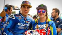 Pebalap MotoGP dari tim Suzuki, Maverick Vinales (kiri), berpose dengan sang kekasih, Kiara Fontanesi. (Bola.com/Insella.it)