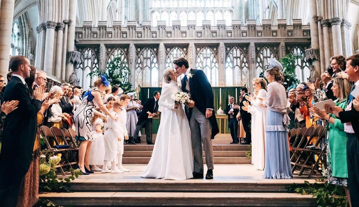 Sebelum mengikat janji suci pernikahan, pasangan ini telah berkencan sejak 2016. Lalu, bertunangan satu setengah tahun setelahnya. (Liputan6.com/IG/@casparjopling)
