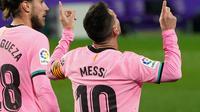 Selebrasi bintang Barcelona, Lionel Messi (kanan), setelah mencetak gol pada laga melawan Real Valladolid pada lanjutan Liga Spanyol, di Stadion Jose Zorilla, Rabu (23/12/2020). (Cesar Manso/AFP)