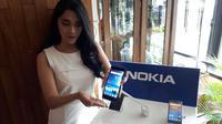 Model memegang Nokia 8 yang resmi meluncur di Indonesia. Liputan6.com/ Agustinus Mario Damar