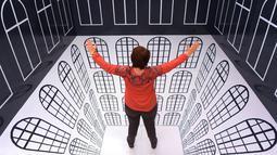 Pengunjung menjajal ruang interaktif 'Anamorphic Room' dalam pameran bertajuk 'Tricked! - The Spectacular Illusion Exhibition' di Kastil Augustusburg, Jerman, 1 Oktober 2019. Pameran menghadirkan karya seniman Meksiko Yunuen Esparza yang mulai dibuka pada 5 Oktober 2019. (AP/Jens Meyer)