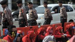 Petugas berjaga saat aksi Peringatan 20 Tahun Reformasi di depan Istana Merdeka, Jakarta, Minggu (20/5). Dalam aksinya massa KOMITMEN menyerukan berbagai tuntutan, antara lain mewujudkan demokrasi yang lebih adil dan jujur. (Merdeka.com/Iqbal S Nugroho)