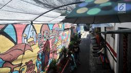 Anak-anak bermain di depan mural yang menghiasi gang di RT 13 RW 06, Jembatan Lima, Jakarta, Kamis (10/1). Pembuatan mural itu dimaksudkan agar lingkungan menjadi lebih tertata dan indah. (Merdeka.com/Iqbal Nugroho)