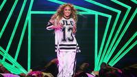 Jennifer Lopez saat beraksi di Super Bowl 2018 (Just Jared)