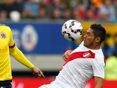 Gelandang Peru, Joel Sanchez (kanan) mengontrol bola dari kejaran James Rodriguez di pertandingan Copa Amerika 2015 di Stadion Municipal Bicentenario, Chili, (22/6/ 2015). Peru bermain imbang 0-0 atas Kolombia. (REUTERS/Carlos Garcia Rawlins)