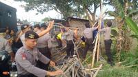 Kios yang rusak dibersihkan oleh personel Polres Boyolali. Nantinya, pembangunan kios yang rusak tersebut dilakukan dengan mengajak masyarakat. (Foto : Galih Prasojo)