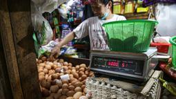 Pedagang menimbang telur di Pasar Tebet Timur, Jakarta, Jumat (11/6/2021). Kementerian Keuangan menyatakan kebijakan tarif Pajak Pertambahan Nilai (PPN), termasuk soal penerapannya pada sembilan bahan pokok (sembako), masih menunggu pembahasan lebih lanjut. (Liputan6.com/Faizal Fanani)