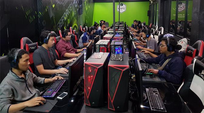 Gamer yang asyik main gim di Hardcore iCafe Malang. Liputan6.com/ Dewi Widya Ningrum