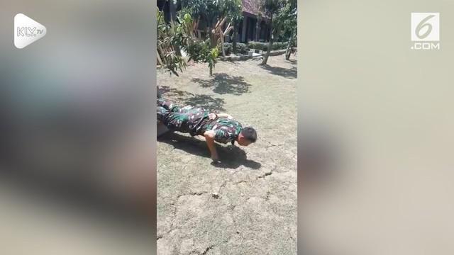 Viral rekaman tentara melakukan push-up dengan berbagai gaya termasuk tanpa menggunakana tangan. Ternyata akhir rekamannya lucu banget!
