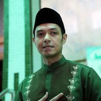 Dude Harlino Bersih Bersih Masjid Sunda Kelapa (Nurwahyunan/bintang.com)