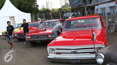 Pengunjung berkeliling di sekitar event Otobursa Tumplek Blek 2016 di Jakarta, (28/5). Pameran otomotif outdoor terbesar di Asia Tenggara yang mengusung tema 'Otomotif Delight' tersebut berlangsung pada 28-29 Mei 2016. (Liputan6.com/Immanuel Antonius)