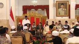 Ketum NasDem Surya Paloh saat memberikan sambutan di hadapan ulama dan tokoh masyarakat dari Provinsi Aceh saat bertemu dengan Presiden Jokowi di Istana Negara, Jakarta, Selasa (5/3). (Liputan6.com/Angga Yuniar)