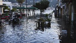 Air laut menutupi banjir satu persegi setelah gempa bumi di pelabuhan Vathi di pulau Aegean timur Samos, Yunani (30/10/2020). Gempa berkekuatan 6,6 skala Richter berpusat di Laut Aegea pada kedalaman 16,5 kilometer, atau 10,3 mil. (AP Photo / Michael Svarnias)