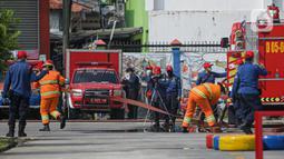 Petugas pemadam kebakaran melakukan simulasi penyelamatan saat kompetisi Fire Safety Challenge di Kantor Dinas Penanggulangan Kebakaran dan Penyelamatan Pemprov DKI Jakarta, Rabu (2/6/2021). Kompetisi ini diselenggarakan selama tiga hari. (Liputan6.com/Faizal Fanani)