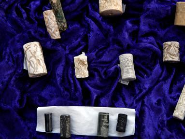 Salah satu benda, segel silinder kuno dari Irak yang dikembalikan pejabat Amerika Serikat di Kediaman Duta Besar Irak di Washington, Rabu (2/5). AS mengembalikan 3.800 artefak Irak yang diselundupkan ke pengecer seni dan kolektor. (AP/Jacquelyn Martin)