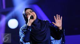 Penyanyi asal Malaysia, Siti Nurhaliza saat tampil di Konser Kemenangan D'Academy Asia 2 di Studio 5 Indosiar, Jakarta, Kamis (29/12). Siti tampil memukau dengan menyanyikan dua lagu hitsnya. (Liputan6.com/Helmi Fithriansyah)