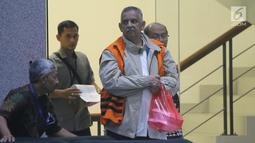 Tersangka kasus dugaan korupsi pembangunan PLTU Riau-1 yang juga Direktur Utama PT PLN nonaktif Sofyan Basir (kanan) bersiap keluar dari Gedung KPK usai diperiksa, Jakarta, Rabu (29/5/2019). Ini merupakan pem,eriksaan kedua Sofyan Basir pasca penahanan oleh KPK. (Liputan6.com/Helmi Fithriansyah)