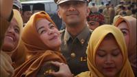 Wakil Bupati Bandung Barat Hengky Kurniawan mengunggah foto bersama ASN yang berebut selfie dengannya. Unggahan tersebut malah mengundang pertanyaan dari sejumlah guru honorer. (dok. Instagram @hengkykurniawan/https://www.instagram.com/p/BwBX-6mlpro/Dinny Mutiah)