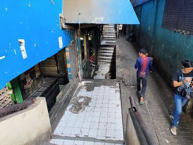 Pengunjung berjalan di pasar tradisional Pasar Mingu di Jakarta, Rabu (17/7). Rencana revitalisasi 21 pasar tradisional di Ibu Kota terancam molor karena status lahan pasar masih dalam proses perubahan sertifikasi. (Liputan6.com/Immanuel Antonius)
