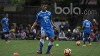 Bek Persib Bandung, Henhen Herdiana, mengontrol bola saat latihan di Lapangan Lodaya Bandung, Jawa Barat, Selasa (28/3/2017). (Bola.com/Vitalis Yogi Trisna)