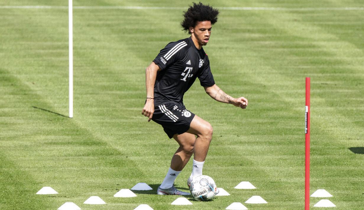 Pemain baru Bayern Munchen, Leroy Sane, melakukan sesi latihan di Munich, Selasa (14/7/2020). Mantan pemain Manchester City itu hanya berlatih ringan karena belum pulih 100 persen dari cedera lutut. (Matthias Balk/dpa via AP)