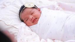 Di akun Instagramnya, Siti mengunggah foto-foto gadis mungilnya yang menggemaskan dan baru berusia 7 hari atau seminggu. Pipinya yang tembam dan rambut hitam lebatnya membuat bayi ini terlihat cantik. (Instagram/ctdk)