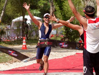 Peserta berlari ketika mengikuti Rhino Cross Triathlon 2018 di Kawasan Tanjung Lesung, Pandeglang, Banten, Minggu (30/9).  Rhino Cross Triathlon yang diikuti lebih dari 200 peserta ini mempertandingkan tiga kategori lomba (Liputan6.com/HO/Nick Hanoatubun)