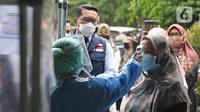 Gubernur Jawa Barat Ridwan Kamil (tengah) saat meninjau pelaksanan simulasi vaksinasi COVID-19 di Puskesmas Tapos, Depok, Jawa Barat, Kamis (22/10/2020). Simulasi yang dilakukan sesuai Standar Operasional Prosedur itu untuk persiapan vaksinasi pada November 2020. (Liputan6.com/ Herman Zakharia)