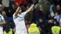 Pemain Real Madrid, Borja Mayoral (kanan) merayakan golnya ke gawang Fuenlabrada pada laga Copa del Rey babak 32  besar di Santiago Bernabeu stadium, Madrid, (28/11/2017). Real Madrid bermain imbang 2-2. (AP/Francisco Seco)