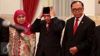 Kepala Staf Presiden Teten (tengah) bersiap sebelum acara pelantikan dirinya yang dipimpin Presiden Jokowi di Istana Negara, Jakarta, Selasa (2/9). Teten menggantikan Luhut yang kini menjabat Menko Polhukam. (Liputan6.com/Faizal Fanani)