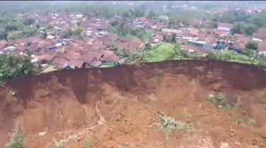 Longsoran sepanjang 500 meter dengan ketinggian 50 meter nampak menggangga di lokasi longsor di di Kampung Cipager, Desa Karyamekar Kecamatan Cilawu, Garut, Jawa Barat.