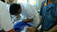Seorang anak disunat dalam acara sunatan massal yang diadakan di Klinik Kana, Menteng, acara yang diselenggarakan oleh Alpha Omega Community ini tidak memungut biaya sepeser pun.