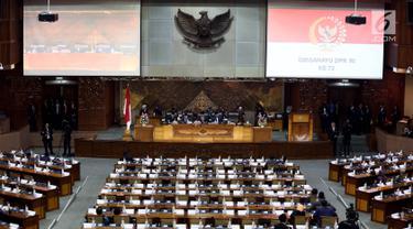 Wakil Ketua DPR Fadli Zon memimpin rapat paripurna dalam rangka peringatan HUT ke-72 DPR RI di gedung DPR, Senayan, Jakarta, Selasa (29/8). Sidang Paripurna tersebut guna melaporkan kinerja anggota dewan selama 2016-2017. (Liputan6.com/Johan Tallo)