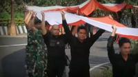 Dalam pembentangan bendera Merah Putih panjang di Cadang Pangeran itu, TNI dan Polri bersatu. (dok. Twitter @SumedangPolres/Dinny Mutiah)