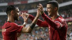 Salah satu sosok penting atas kepulangan Ronaldo adalah rekan timnasnya di Portugal, Bruno Fernandes. Bruno diketahui melakukan dialog dengan CR7 ketika berhembus kabar akan merapat ke Manchester City yang dikabarkan sudah mencapai kesepakatan personal. (Foto: AFP/Jose Manuel Ribeiro)