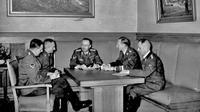 Heinrich Mueller (paling kanan) sedang rapat bersama Himmler pada 1939. (Sumber Wikimedia Commons)