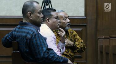Anggota DPRD Sumut 2009-2014 Enda Mora Lubis, Abu Bokar Tambak dan M Yusuf Siregar (kanan ke kiri) jelang mengikuti sidang perdana di Pengadilan Tipikor, Jakarta, Rabu (20/2). Sidang beragenda mendengar pembacaan dakwaan. (Liputan6.com/Helmi Fithriansyah)