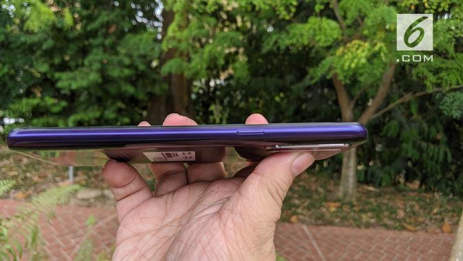 Tampak sisi kanan Realme 5 yang menampilkan tombol power. (Liputan6.com/ Yuslianson)